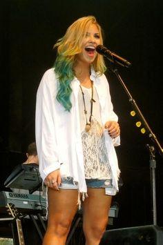 Demi Lovato the hair! Demi Lovato Blue Hair, Demi Lovato Style, Sonny Munroe, Demi Lovato Workout, Villa Mix, Celebs, Celebrities, Girl Crushes, Tao