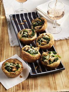 Blätterteigmuffins mit Spinat & Champignons - Das ganze Rezept findet ihr mit einem Klick auf das Foto.