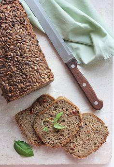 Chleb żytni na zakwasie z pesto i suszonymi pomidorami