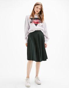 Matter Plisseerock 'Linie A1. Entdecken Sie diese und viele andere Kleidungsstücke in Bershka unter neue Produkte jede Woche