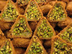 """<p>Voici une des recettes les plus connues de la pâtisserie orientale, que l'on peut retrouver jusqu'en Arménie (avec des variantes bien sûr).<br/>Une version de <a href=""""http://recette-de-cuisine.aufeminin.com/w/recette/r9113/baklavas-de-a-a-z.html """">la recette des baklavas</a>, aux pistaches et aux amandes ici.</p>"""