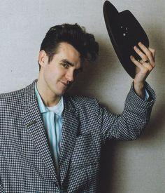 Morrissey (1984) -- photo by Tom Sheehan | image via letras.mus.br