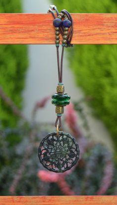 Colgante amuleto zen jade blanco y cristal verde de Doce Cuentas por DaWanda.com