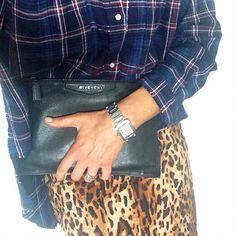 """La chemise à carreaux, idéale pour """"dé-glamouriser"""" la jupe léopard !"""
