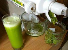 JUS VERT ANTI-INFLAMMATOIRE Une recette de Johanne Verdon, ND.A. Préparez ce jus avec un extracteur (centrifugeuse). 4 carottes moyennes 2 pieds de céleri * 1 fenouil * 2 à 3 concombre anglais ** 4 paquets de persil *** 1 grosse laitue verte (évitez d'utiliser de la laitue iceberg) 1 morceau de gingembre frais * de 5 cm (2 pouces) 4 pommes Ajouter à chaque verre : 5 ml (1 c. à thé) de curcuma en poudre, biologique de préférence Poivre noir fraîchement moulu (7 à 10 coups de moulinet)