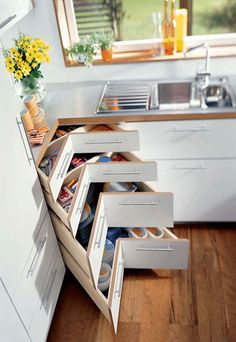 very smart for an awkward corner in your kitchen, corner cabinet, corner drawers, good idea Smart Kitchen, New Kitchen, Kitchen Storage, Kitchen Drawers, Cabinet Storage, Cabinet Drawers, Kitchen Cabinets, Kitchen Organization, Organization Ideas