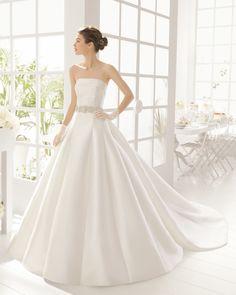 Vestido e cauda de mikado, em cor natural. Vestido e cauda de cetim duquesa, em cor marfim.