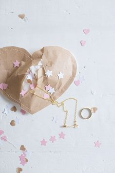 sewn up valentine's packages Cute Gifts, Diy Gifts, Friendly Letter, Brown Paper Packages, Paper Packaging, Homemade Valentines, Idee Diy, Saint Valentine, Creative Gifts