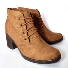 Botines casuales en material linse textil. Tacón grueso de 6,5 cms de altura. Botines Casual, Textiles, Wedges, Boots, Fashion, Footwear, Crotch Boots, Moda, Fashion Styles