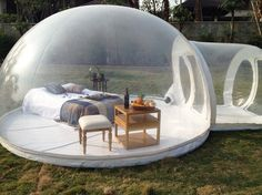 Cette tente gonflable et transparente en forme de bulle va sans aucun doute vous donner envie...