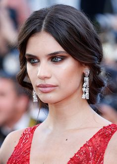 Cannes Film Festival Best Jewelry Moments Sara Sampaio at the Ismael's Ghosts Premiere paired her plunging crimson Zuhair Murad Couture ballgown with diamond chandeliers. Make Up Looks, Beauty Makeup, Hair Makeup, Hair Beauty, Gal Gadot, Celebrity Hairstyles, Cool Hairstyles, Red Carpet Hair, Red Carpet Makeup