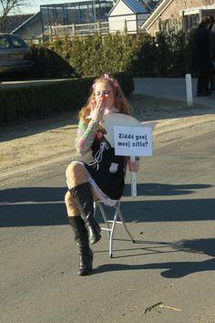 Zie je mij zitten ?! Met stoel :) carnaval optocht