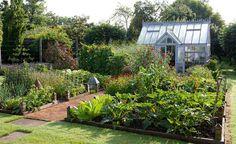 How to plan a kitchen garden - Best Kitchen garden Images Gallery Potager Garden, Veg Garden, Vegetable Garden Design, Greenhouse Gardening, Plan Potager, Greenhouse Ideas, Greenhouse Kitchen, Small Greenhouse, Edible Garden