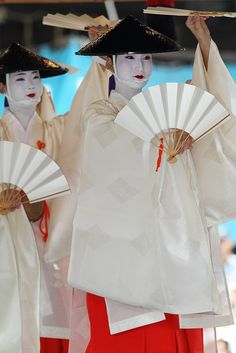 """ponto-cho: """" floating-flowers: """" Traditional Performance by kamomebird on Flickr. """" Hisano in front. Gion Matsuri 2011 """""""