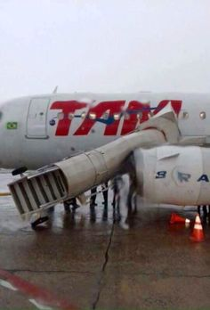 PHOTO Stairs blow away and hits a TAM Airlines aircraft at São Paulo–Congonhas Airport, Brazil. (21-DEC-2016). @AlfaMay2
