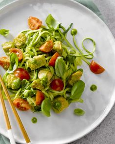 Courgettenoedels met kip en pesto Good Healthy Recipes, Clean Recipes, Healty Lunches, Healthy Diners, Good Food, Yummy Food, Comfort Food, Weird Food, Evening Meals