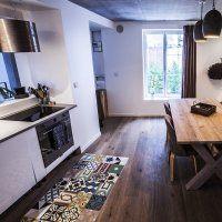 Jolie idée : un patchwork de carreaux de ciment dans une cuisine avec parquet !