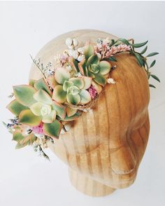 This #succulent headpiece by @eucca has #springbride written all over it. In LOVE!