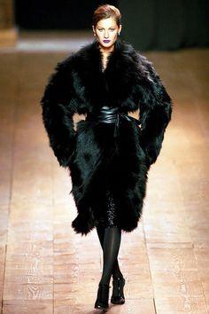 Gisele Bündchen au défilé Yves Saint Laurent automne-hiver 2000-2001 http://www.vogue.fr/mode/mannequins/diaporama/gisele-bndchen-en-50-dfils/20147/carrousel#gisele-bndchen-au-dfil-louis-vuitton-printemps-t-1999