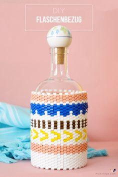 So machst Du alte Flaschen zum Hingucker auf der nächsten Party: mit dem DIY Peyote Stitch Flaschenbezug aus Bügelperlen. Die Anleitung ist super einfach und für Anfänger geeignet. Wenn der Gin leer ist, behalte ich die Flasche als Vase!