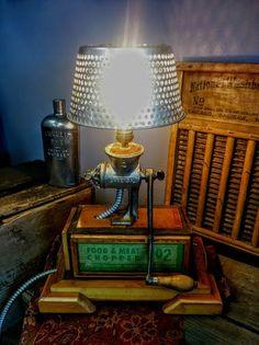 Deze heerlijk eclectische lamp werd gemaakt door Paul. Het is een groot stuk van het gesprek, en geeft een mooi gefilterde licht die door een patroon wordt geworpen op de muur/plafond eromheen. De afmetingen zijn 20 x 14.5 x 9 . Hij weegt 9 pond 8 oz. Dit item is ook beschikbaar