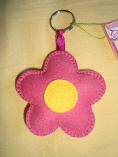 Chaveiro flor                                                                                                                                                                                 Mais Felt Crafts, Diy And Crafts, Crafts For Kids, Arts And Crafts, Diy Shrink Plastic Jewelry, Diy Craft Projects, Sewing Projects, Felt Keychain, Keychains