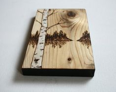 El árbol en este original arte quemado madera parece estar balanceándose en la brisa alta en una colina! Un ligero lavado azul/gris realza la veta de la madera y crea el cielo. Blanco ha añadido para una sensación invernal. Firmado y fechado en la parte posterior. Mide 9 3/4 pulgadas de alto por 5 1/2 pulgadas por 3/4 pulgadas de profundidad. Cuidadosamente envuelto y listo para enviar.