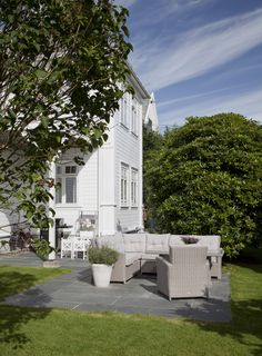A seating area often demands a little more stability than a lawn can offer. Schist is great for this use, as it is a strong and resistant material that can withstand almost anything. Landscape Architecture, Stability, Exterior Design, Slate, Natural Stones, Terrace, Strong, Mansions, House Styles