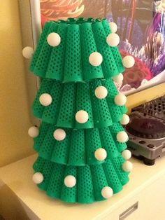 Original arbre de Nadal, creat amb cons de fil reciclats i pilotes de ping pong. Altura 60 cm. Ample 17 cm.