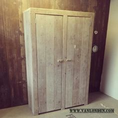 Kledingkast van steigerhout met strakke deuren Door Noorlander