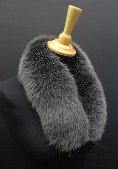 Šedý kožešinový límeček kolem krku z barvené lišky. Pravá kožešina. Český výrobek.