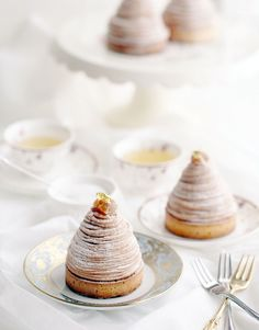 I love a good Mont Blanc. What makes one the best to me is when it's airy and light despite its heavy main ingredient, chestnut. I've only made a Mont Blanc once in my life, and it was the original. Yummy Treats, Delicious Desserts, Dessert Recipes, Yummy Food, Cupcakes, French Desserts, French Pastries, Macaron, Sweet Bread