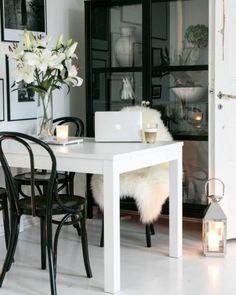 Aikakaudet kohtaavat modernin mustavalkoisen tyylin ruokailutilassa Inside A House, Apartment Living, Apartment Therapy, Modern Loft, White Houses, Kitchen Interior, My Dream Home, Interior Inspiration, Small Spaces
