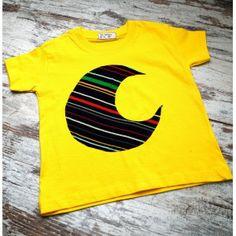 Camiseta Infantil color amarilla de maga corta de algodón con luna, realizada mediante la técnica Upcycling