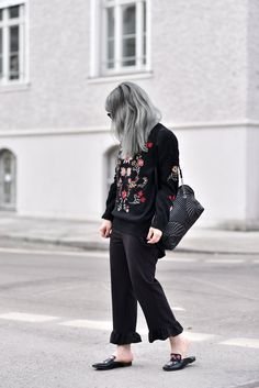 outfit: stickereien - Nachgestern ist vormorgen Group, Outfit, Board, Hair, Pants, Fashion, Fashion Styles, Hair Colors, Embroidery