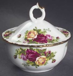 Royal Albert Old Country Roses Powder Box With Lid Royal Albert, Tea Rose Garden, Roses Garden, Romantic Cottage, Romantic Homes, Vintage Dishes, Vintage Teacups, China Display, China Tea Sets
