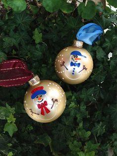 DEUX bonhomme de neige ornements - Snowgirl et Snowboy Noël ornement - peint à la main Baubles, souvenir, ornements personnalisés gratuits et cadeau d