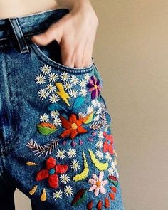 denim bordado por tessa perlow bordado a mano # bestickte jeans von tessa perlow handstickerei Hand Embroidery Patterns, Embroidery Stitches, Embroidery Designs, Embroidery Kits, Embroidery On Denim, Embroidery On Clothes, Simple Embroidery, Sewing Stitches, Flower Embroidery