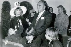 Beim 60. Geburtstag seines Vaters Johannes trägt Alberts Mutter Gloria einen imposanten Hut, doch die Aufmerksamkeit des kleinen Buben ist auf etwas völlig anderes gelenk