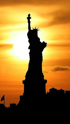 Awesome pictures for the sunset of New York City, these photos are taken from professional photographer where you can see sunset over the statue of liberty. I Hope You Enjoy this Gallery Images Sou… Beautiful Sunset, Beautiful World, Beautiful Places, Places To Travel, Places To See, Photographie New York, Voyage New York, Belle Photo, Silhouettes