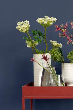 En dyp blå vakker eleganse, med hint av lilla i seg. Fargen er inspirert av tradisjonelle bondehjem. Fargen gir et klassisk og landlig uttrykk. #mørk#blå#dark#blue#blomster#flower#rødt#bord#kontrast#vegg#stue#livingroom#soverom#bedroom#bad#bathroom#inspirasjon#inspiration#maling#painting#hvite#vaser#fargekart#Fargerike#hundekjeks#tradisjonell#landlig#klassisk Planter Pots, Ikea, Vase, Ikea Co, Vases, Jars