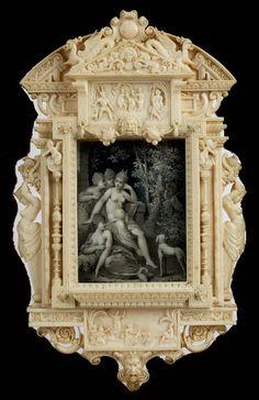 Aufbau im Stil des französischen Manierismus der Fontainebleauschule. Die Rahmung ein Sprenggiebel unter vorgesetztem Dreiecksgiebel, seitlich fein geschnitzte ...