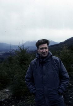 david lynch during the filming of the twin peaks pilot Twin Peaks 1990, David Lynch Twin Peaks, Michael Ontkean, Kyle Maclachlan, Mulholland Drive, Film Inspiration, Stanley Kubrick, Alfred Hitchcock, Documentary Film