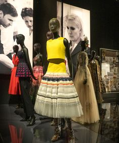 If I could only describe the new fashion exhibition dedicated to the House of Dior at the V&A Museum in London with one word, it would simply be – pretty. Christian Dior Designer, Christian Dior Couture, Dior Fashion, New Fashion, Fashion Show, Dior Atelier, Dior Gown, Vintage Outfits, Vintage Clothing