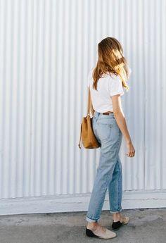 白Tシャツ×ブルージーンズ。Tシャツはパンツにインして裾をロールアップさせるのがポイント。