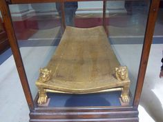 Tesoros de Tutankamon en el Museo Egipcio, de la tumba intacta del faraon nino Tutankamon, una cama dorada #Cairo #visita #Egipto #museo_egipcio http://www.maestroegypttours.com/sp/Excursi%C3%B3nes-en-Egipto/Cairo-Excursi%C3%B3nes