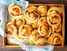 Pizza šneci z listového těsta - nejoblíbenější chuťovka Pizza Recipes, Snack Recipes, Snacks, Pasta Facil, Food Lists, Finger Foods, Pesto, Catering, Food And Drink
