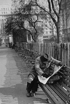Henri Cartier-Bresson - loneliness - relax - reading moment - street