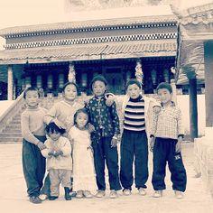 #チベット  昔、チベットのある寺院で修行をさせていただいたことがある。  夕暮れ近くになると、お寺の境内には元気いっぱいに遊ぶ子供達の姿が。 『門前の小僧習わぬ経を読む』  そんな子供達から、いろいろなマントラを教わった。  あれから十年。  元気にしているだろうか。  人は、出会いと別れを繰り返す。  またいつかきっと出会うその日まで。  合掌
