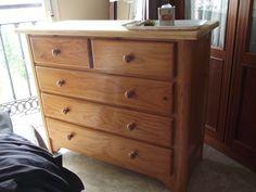 ¿Alguna vez has sentido la necesidad de renovar el aspecto de un mueble? En ese caso, puedes seguir los pasos de TRASTOS EN EL DOBLAO.